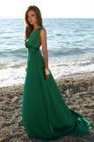 Den härliga flickan med blont hår bär den lyxiga gröna klänningen Royaltyfri Fotografi