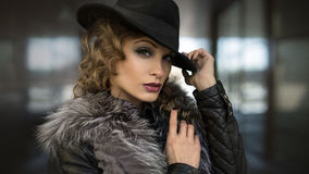 Den härliga flickan med den guld- makeupen och den guld- metallen spikar fashion ståendekvinnan Royaltyfria Bilder