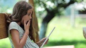 Den härliga flickan med den vita minnestavladatoren spelar leken arkivfilmer