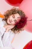 Den härliga flickan med en pilbåge på hennes huvud med ögon stängde sig Royaltyfri Bild