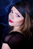 Den härliga flickan med gasar scarfen Royaltyfri Fotografi