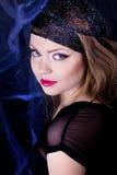 Den härliga flickan med gasar scarfen Royaltyfria Bilder