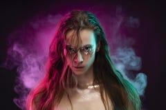 Den härliga flickan med idérik makeup som göras av, blänker med revanolla royaltyfria foton