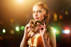 Den härliga flickan med karneval maskerar Arkivfoton