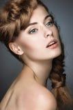 Den härliga flickan med ljust smink, gör perfekt hud Arkivfoto