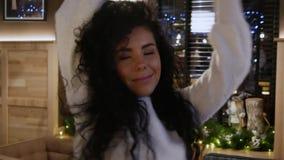 Den härliga flickan med lockigt hår dansar i en restaurang stock video
