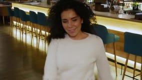 Den härliga flickan med lockigt hår dansar på stången arkivfilmer