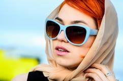 Den härliga flickan med rött hår och punkter, i stil av 60 år Arkivfoto