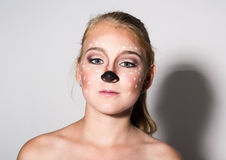 Den härliga flickan med roligt smink, uttrycker olika sinnesrörelser Rolig bild av den härliga nätta flickan arkivfoto