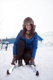 Den härliga flickan med skidar i parkera Fotografering för Bildbyråer