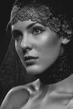 Den härliga flickan med svart snör åt skyler Royaltyfria Bilder