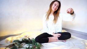 Den härliga flickan meddelar att använda som är modernt, ilar klockan och testar G Royaltyfria Bilder