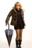 Den härliga flickan ordnar till för blöter väder royaltyfri foto