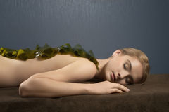Den härliga flickan på tillvägagångssätt av massagen Royaltyfri Fotografi