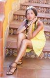 Den härliga flickan på trappan dekorerade med keramiska tegelplattor sicily Arkivfoton