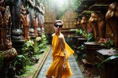 Den härliga flickan poserar i en djungeltempel Arkivfoto