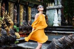 Den härliga flickan poserar i en djungeltempel Royaltyfri Foto