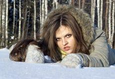 den härliga flickan poserar snow Royaltyfria Bilder