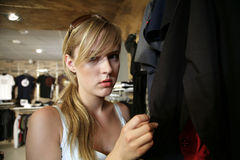 den härliga flickan shoppar arkivbilder