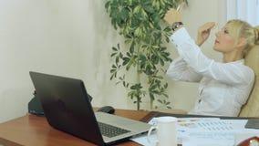 Den härliga flickan som gör smink på arbete och, gör stock video