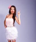 Den härliga flickan som kläs som en prinsessa, visar din text royaltyfri bild