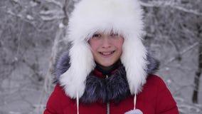 Den härliga flickan som ler i den snöig vintern, parkerar Lycklig tonåring i snöig skog stock video