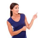 Den härliga flickan som pekar till henne, lämnade Arkivfoton