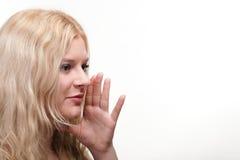Den härliga flickan som talar tala ut händer, skvallrar vit bakgrund Royaltyfri Bild