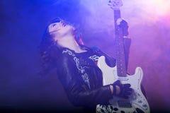 Den härliga flickan spelar gitarren Royaltyfri Foto