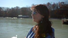 Den härliga flickan står nära havet och håller ögonen på bort arkivfilmer