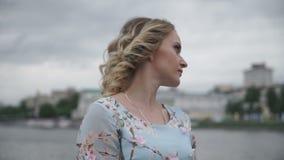 Den härliga flickan står på naturbakgrund lager videofilmer