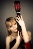 flickan täcker naket förkroppsligar gitarren Royaltyfria Bilder