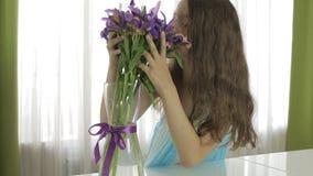 Den härliga flickan tycker om den skänkte buketten av blommor arkivfilmer