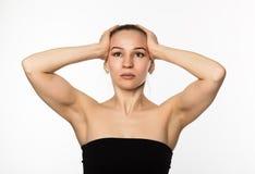 Den härliga flickan utför anti--att åldras övningar framsidakondition för anti-nedsutten hud Royaltyfri Foto