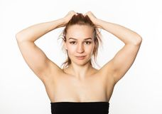 Den härliga flickan utför anti--att åldras övningar framsidakondition för anti-nedsutten hud Arkivfoto