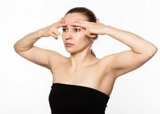 Den härliga flickan utför anti--att åldras övningar framsidakondition för anti-nedsutten hud Skönhet och hälsobegrepp Arkivfoton