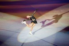 Den härliga flickan utför på ung sportivesskärm Arkivbilder