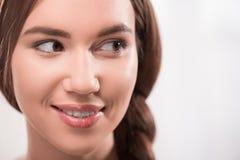 Den härliga flickan uttrycker olika sinnesrörelser Arkivbilder