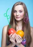 Den härliga flickan väljer någon fruktsaft för att dricka Arkivfoto