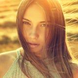 Den härliga flickaståenden som tonas i varm sommar, färgar Arkivfoto