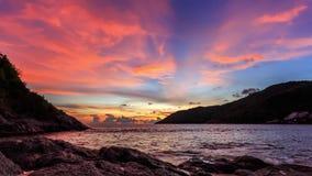 Den härliga flyttningen fördunklar över havet på solnedgången i Phuket, Thailand arkivfilmer