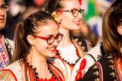 Den härliga folkloredansareflickan ler på berömmen Fotografering för Bildbyråer