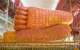 Den härliga foten av den Chauk Htat Gyi Buddha avbildar Fotografering för Bildbyråer