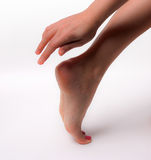 Den härliga foten med den perfekta brunnsorten spikar pedikyr på vit bakgrund Royaltyfria Bilder