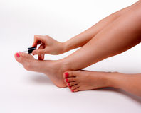 Den härliga foten med den perfekta brunnsorten spikar pedikyr på vit bakgrund Arkivbilder
