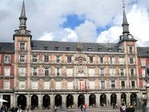 Den härliga framdelen dekorerade med forntida frescoes i Plazaborgmästaren av Madrid Spanien Europa royaltyfri bild