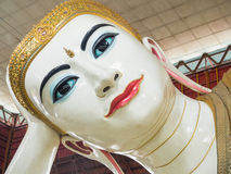 Den härliga framsidan av den Chauk Htat Gyi Buddhabilden Royaltyfria Bilder