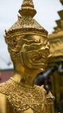 Den härliga framsidan av den guld- jätte- leendestatyn i Thailand Arkivbilder