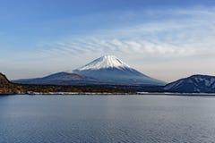 Den härliga Fuji bergformen den fridsamma sjön fem i vinter Arkivfoto
