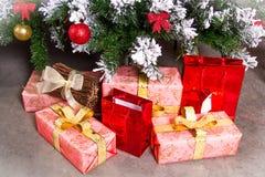 Den härliga gåvan ligger nära julgranen Royaltyfri Foto